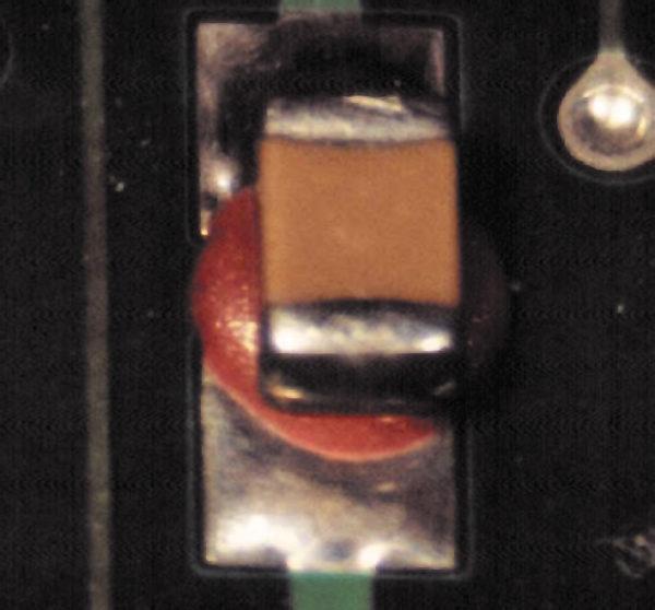 Неправильное нанесение адгезива может стать причиной невыполнения требований к паяному соединению (изображение из стандарта IPC-A-610E)