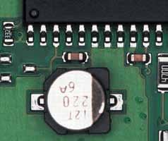 Высокий конденсатор отбрасывает тень на соседние компоненты