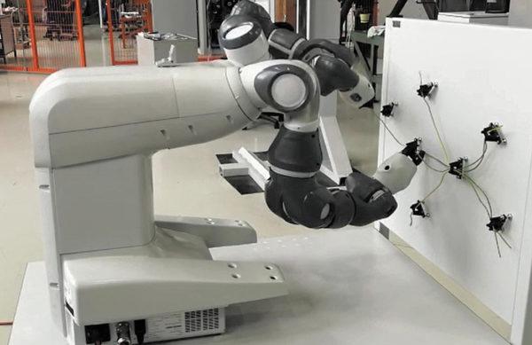 Коллаборативный робот выполняет раскладку жгута на вертикальном плазе